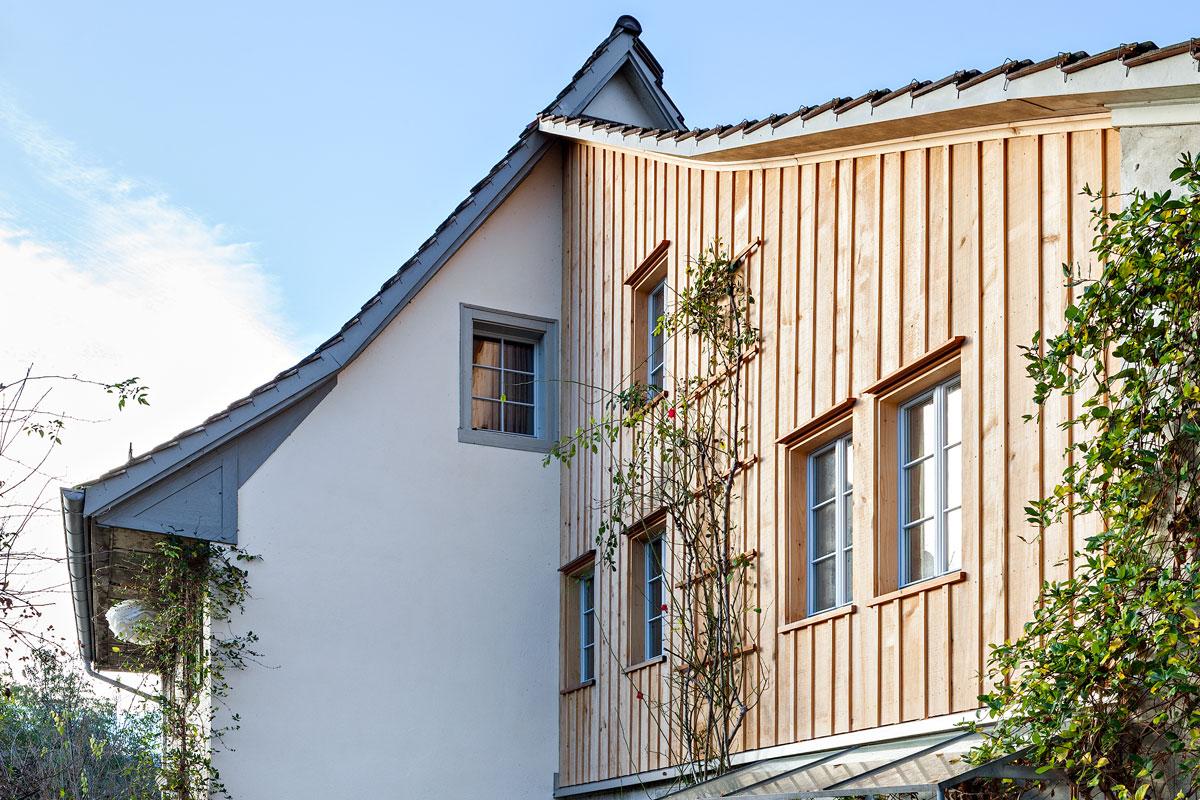 Holzfassade und mineralischer Verputz